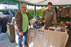 Organisator Reinhard Kroll beim Verkaufsstand von Franz Fischer aus Cham